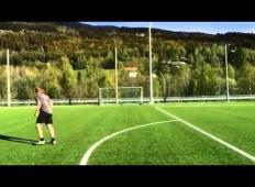 Kung fu strel in izjemen gol s polovice igrišča