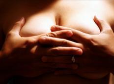 Mož se je norčeval iz ženskih prsi za mizo. Poglejte kako mu je vrnila žena milo za drago!