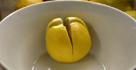 Schneiden Sie eine Zitrone ein, legen Sie sie in das ...