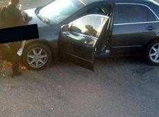 Policist na dolžnosti, vrgel punco na pokrov motorja in z njo občeval ob cesti. Je dobil kazen?