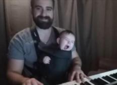 Oče je zaigral uspavanko svoji malčici... Količina nežnosti v tem posnetku vam bo raznesla srce